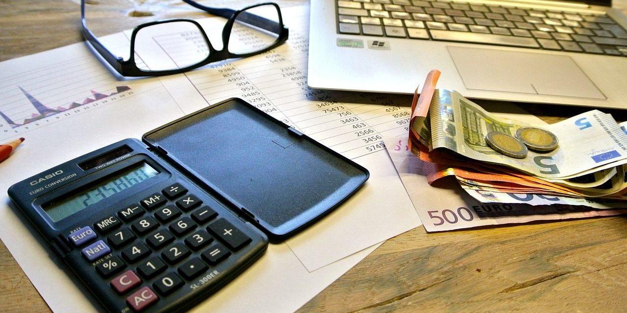 Biurko pieniądze kalkulator laptop praca zdalna