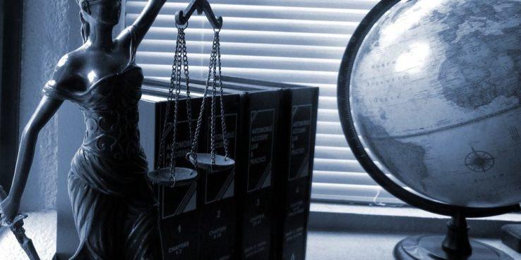 LAdy Justice sprawiedliwość figurka globus