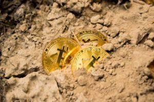 monety bitcoin w piasku