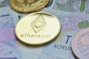 moneta z logo eth na banknotach
