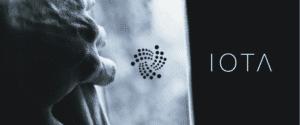 IOTA logo odsłaniane ręką czarno biała grafika