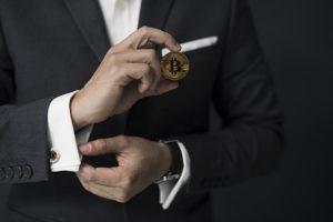 elegancki mężczyzna garnitur spinki do mankietów zegarek biznesman bitcoin trzymany dłoń