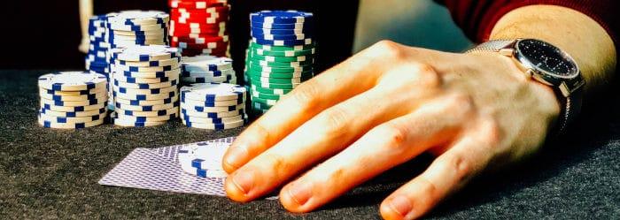 żetony do gry w dłoni w kasynie