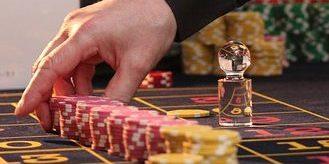 żetony w rzędzie na stole w kasynie