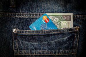 Pieniądze w kieszeni 100 zł i karta kredytowa - trade price