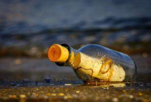 Wiadomość w butelce na brzegu