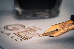 Złota stalówka pióra kaligrafia złoto