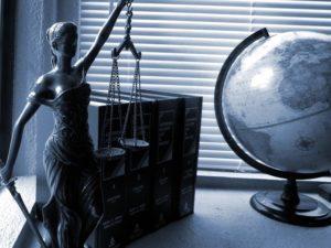 Sprawiedliwość figurka na biurku