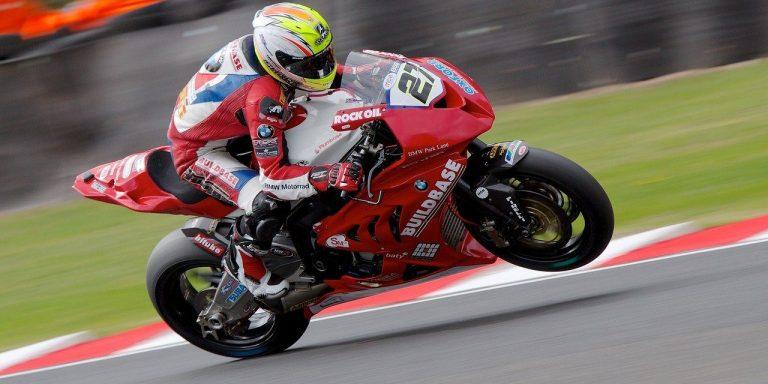 Superbike wyścigi motocykl w trakcie jazdy