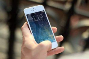 Locked iphone w ręce człowieka