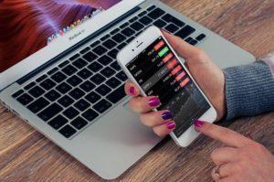 MCBook Smartfon i Giełda obsługiwane przez kobietę