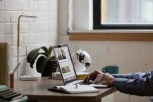 Praca w domu na laptopie