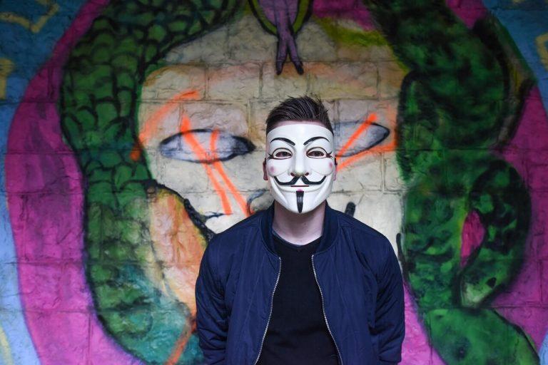 Anonimowy człowiek w masce Guya Fawkesa