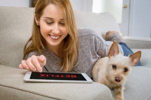 Kobieta oglądająca Netflix na tablecie