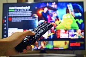 Oglądanie telewizji Netflix z pilotem w ręku