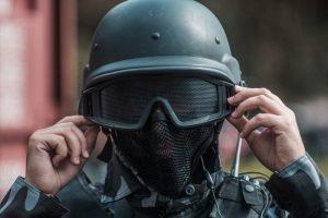 Policjant zakładający hełm na głowę