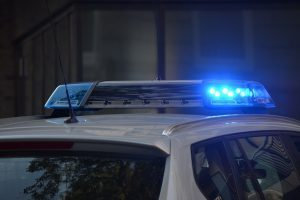 Niebieskie światła na samochodzie policyjnym