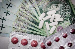 Garść leków i plik banknotów