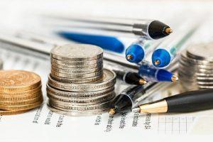 Monety, długopisy i umowy