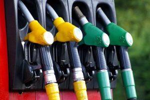 Dystrybutory paliwa na stacji benzynowej